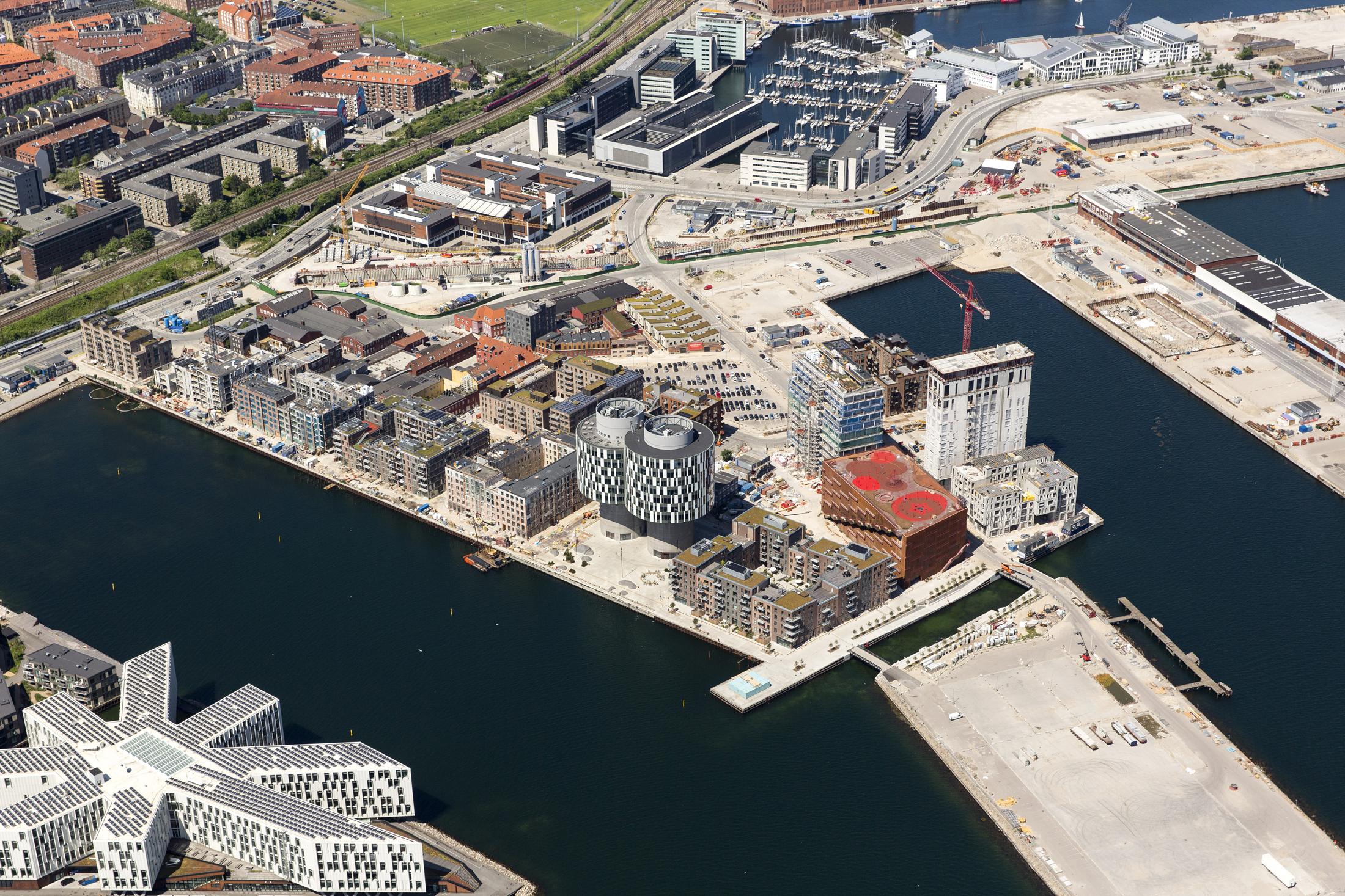 Århusgadekvarteret, der afgrænses af Nordbassinet, Kronløbsbassinet og Kronløbet, realiseres som det første bykvarter med plads til ca. 3.000 beboere og 7.000 arbejdspladser. Planlægningen af Århusgadekvarteret startede i 2009 med gennemførelse af en international konkurrence. Vinderprojektet er siden da videreudviklet i form af udviklingsstrategier, bebyggelsesplaner og en række plantemaer, der vil være styrende for den fortsatte udvikling af Nordhavn. Her er luftfotos fra 2016.